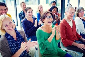 Eltern in Seminarsituation lachend