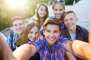 Jugendliche machen ein Selfie