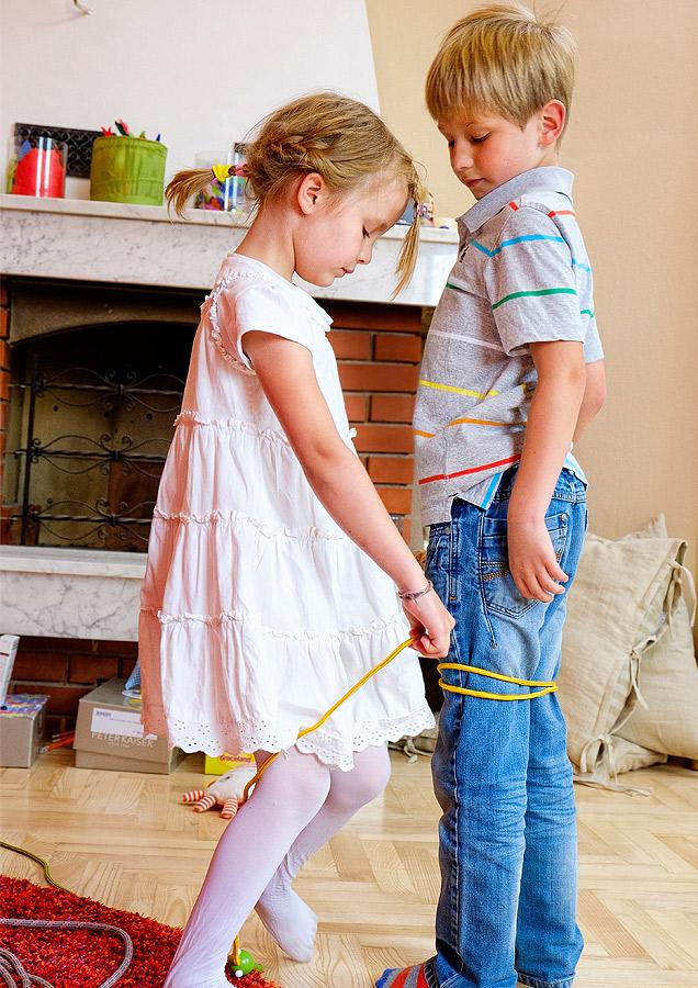 Pressefoto Mädchen und Bub mit Seil spielend