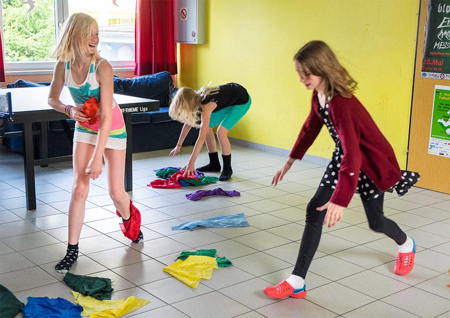 Pressefoto Mädchen Tücher fangend