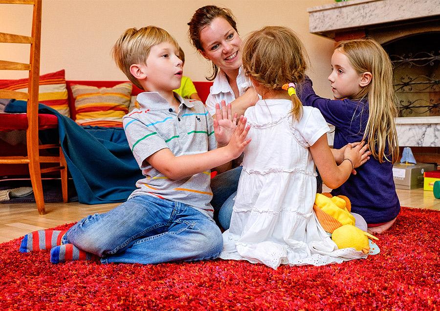 Pressefoto Kindergruppe am Boden spielend