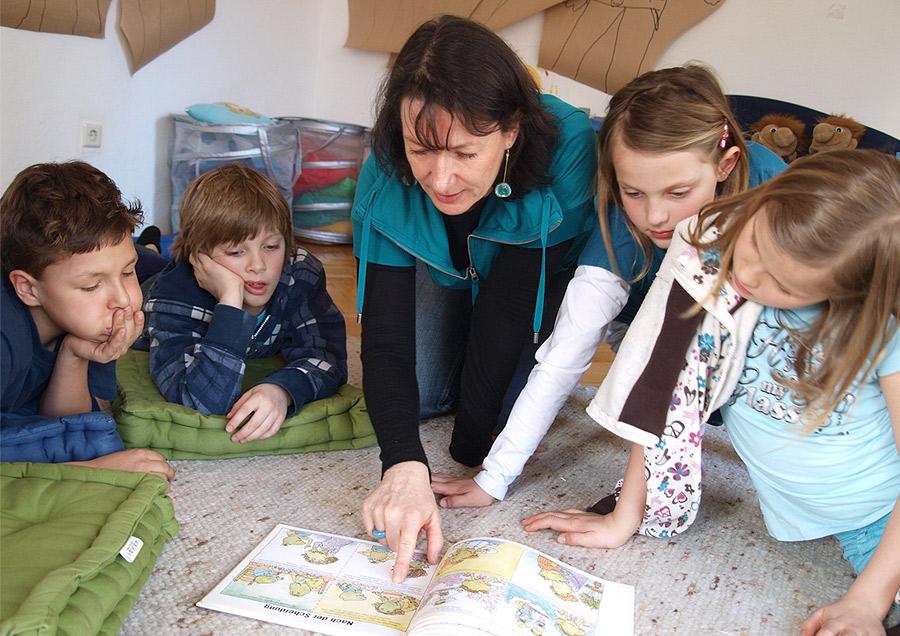 Pressefoto Kindergruppe Buch lesend