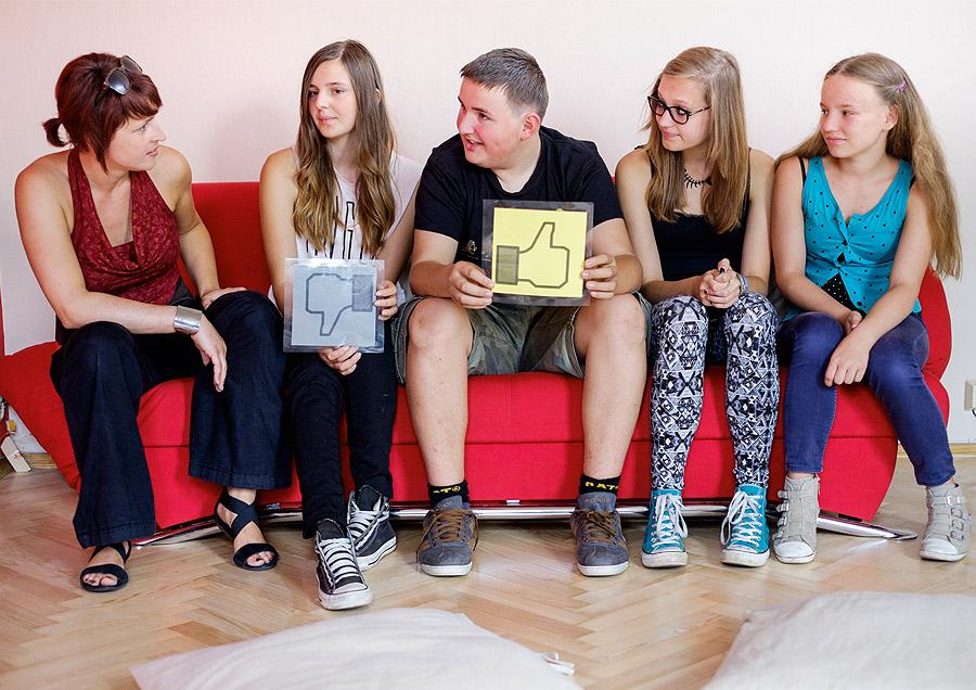 Pressefoto YOUTH-Gruppe mit Facebook-Daumen