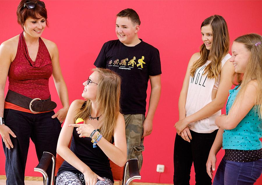 Pressefoto YOUTH-Gruppe mit Microphon in der Hand