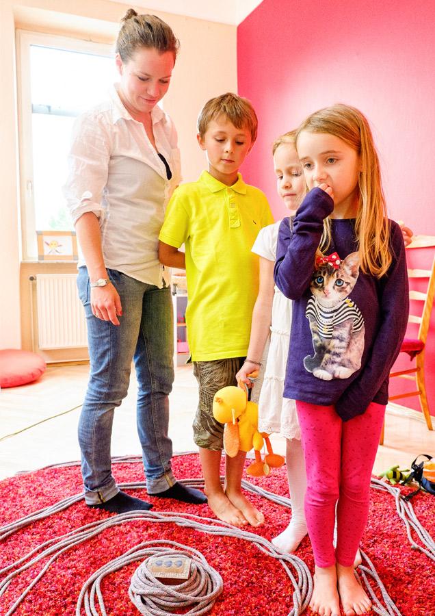 Pressefoto Kindergruppe mit Seil spielend
