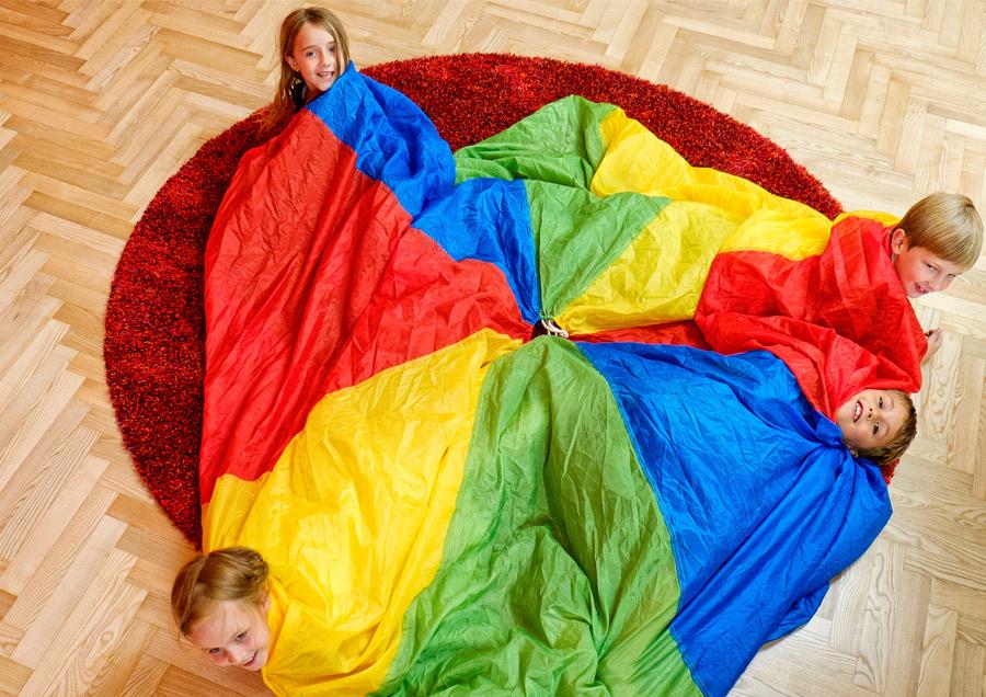Pressefoto Kinder spielen mit Schwungtuch