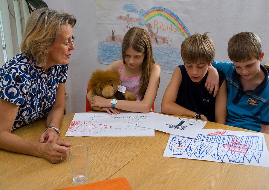 Pressefoto Kindergruppe am Tisch mit Zeichnungen
